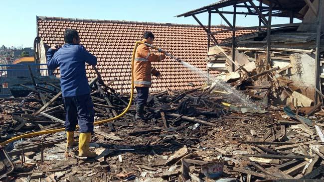 Gudang Penyimpanan Kayu SMK Wijaya Sukodono Terbakar