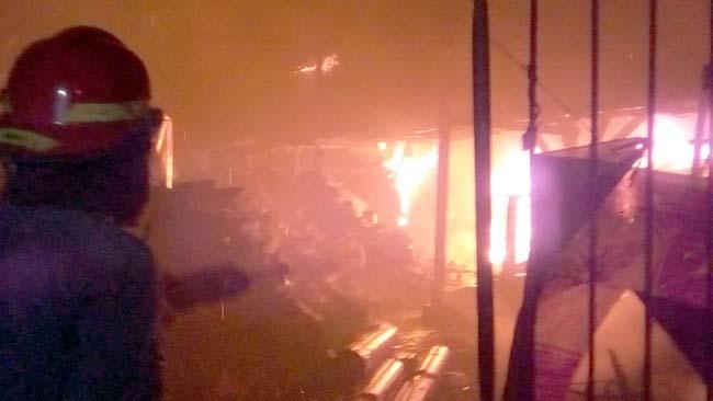 TERBAKAR - Sebuah gudang tinner dan rongsokan (barang bekas) di Desa Kludan, Kecamatan Tanggulangin, Sidoarjo ludes terbakar meski didatangkan 7 PMK untuk memadamkan api, Senin (12/08/2019) malam