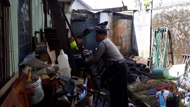 Petugas Polsekta Sukun mendatangi lokasi . (gie)