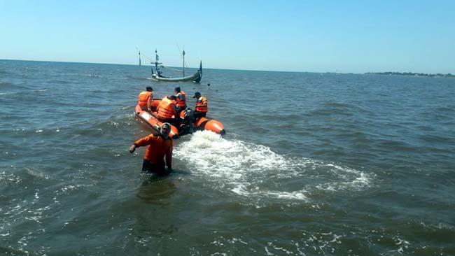 Hari pertama Tim SAR Gabungan melakukan pencarian nelayan tenggelam di Perairan Besuki, Kecamatan Besuki, Kabupaten Situbondo, Jawa Timur. (im)