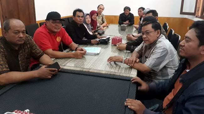 Warga pemilik bangunan ruko dan Sumardhan SH. (gie)