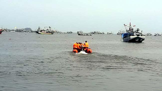 MENCARI KORBAN : Tim SAR gabungan melakukan pencarian nelayan hilang yang diduga terjatuh ke laut. (im)