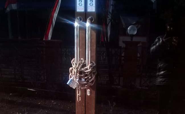 SEGEL : Balai Desa Wirotaman dalam kondisi terantai. (ist)