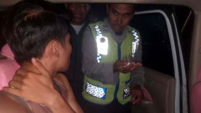 TANGKAP : Reskrim Polsek Purwoharjo ketika menangkap FP yang diduga menjadi pengedar pil T-rex, mahasiswa PTS di salah satu perguruan tinggi di Banyuwangi. (ist)