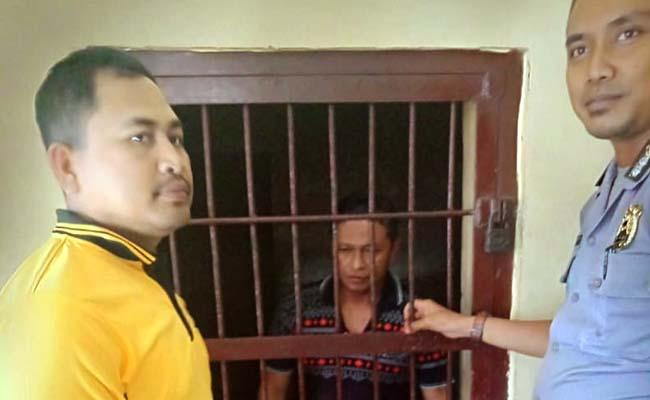 TERUNGKU : Tersangka pelaku pencurian sepeda motor, Supriyadi di rumah tahanan Polsek Sempu. (tut)