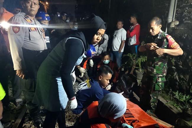 Jenazah korban saat akan dievakuasi. (ist)