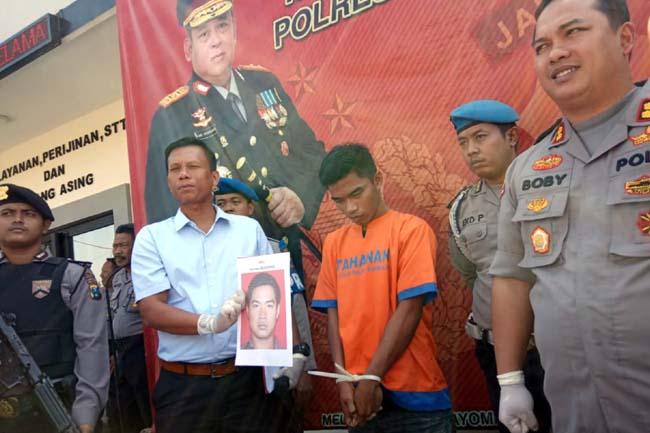 Kasatreskrim Polres Bangkalan, AKP David Manurung saat menunjukkan foto DPO (kiri), tersangka Abdul Aziz (tengah) bersama Kapolres Bangkalan AKBP Boby Paludin Tambunan