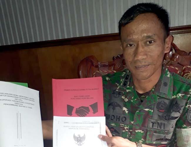 Komandan Yon Bekang 2 Kostrad, Letkol Cba Yudho Pramono saat menunjukan sertifikat dan perjanjian sewa menyewa. (gie)