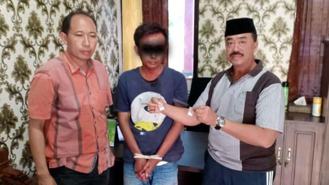 Tak berkutik: Tersangka Moh Rosul (tengah) saat diringkus oleh Polsek Kamal.