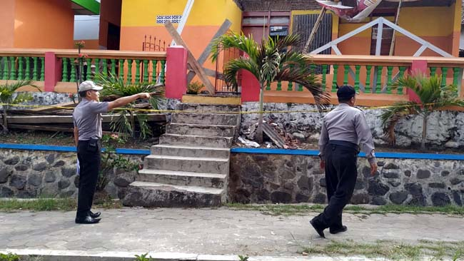 TP TKP : Anggota Polsek Sukorambi melakukan Olah TKP di SDN 01 Sukorambi (gik)