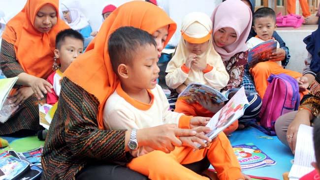 TAK MENGANDALKAN BOS - Sejumlah siswa dan siswi KB TK Al Muslim Waru, Sidoarjo berkunjung ke KB Al Huda Desa Brebek, Kecamatan Waru, Sidoarjo untuk mengkampanyekan literasi pada Hari Aksara Internasional (Hari Literasi), Jumat (06/09/2019). (wan)