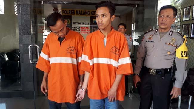 Tersangka Dani Subekti dan Deni Wahyudi saat di Mapolres Malang Kota. (gie)