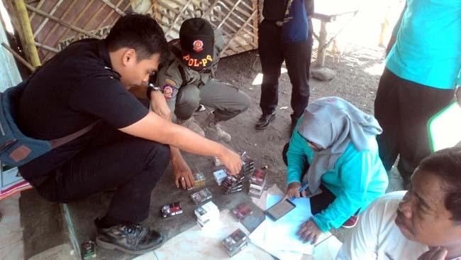 Petugas gabungan, saat melakukan sidak rokok ilegal di sejumlah toko di Kabupaten Situbondo. (im)