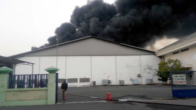 TERBAKAR - Pabrik plastik PT Kemas Perdana Internasional (KPO) di Desa Sidomulyo, Kecamatan Buduran, Sidoarjo mengalami kebakaran hingga bagian belakang pabrik ludes terbakar, Sabtu (7/9/2019) sore