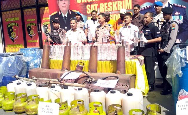 PRODUSEN - Satuan Reskrim, Polresta Sidoarjo meringkus dua produsen miras, Novi Setiawan (36) dan Puji Medianto (28) warga Tuban yang memproduksi arak jowo (Arjo) di Desa Sumorame, Kecamatan Candi, Sidoarjo, Selasa (10/9/2019)