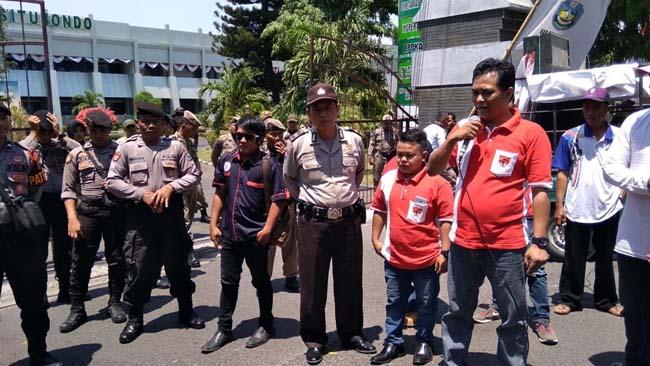Aksi unjuk rasa LSM bersama warga Desa Battal di depan Pemkab Situbondo, Kamis (19/9/2019) siang. (im)