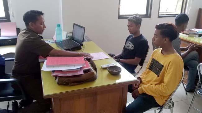 BUI : Tiga oknum guru SDN 2 Patoman saat menjalani pemeriksaan tahap 2 di Kejari Banyuwangi. (tut)