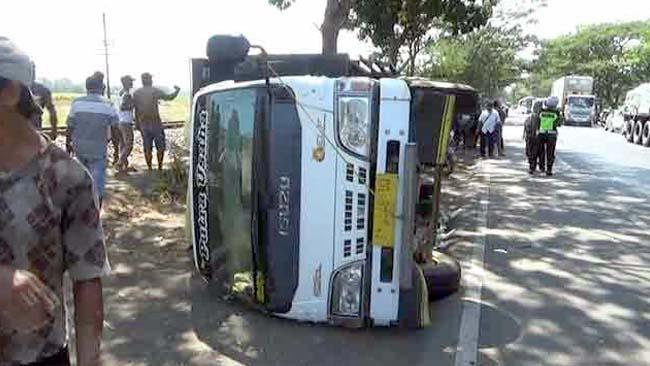 LOKASI : Truk yang terguling setelah menabrak motor. (Pix)