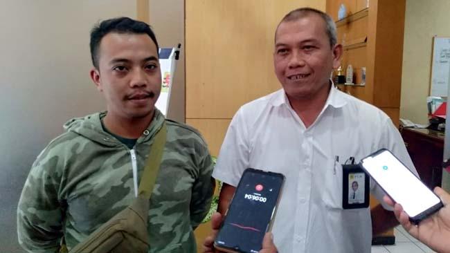 Koordinator aksi penggalangan koin Hilmy Mubarok (kiri) bersama Manajer ULP PLN Dinoyo Wahyu Wijatmiko. (kik)