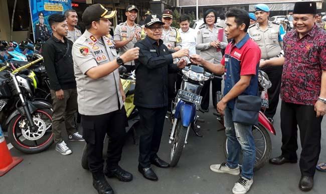 Walikota Malang Drs Sutiaji saat menyerahkan barang bukti motor Honda Supra kepada Supriano usai rilis di Mapolres Malang Kota pada Senin (16/9/2019) sore . (gie)