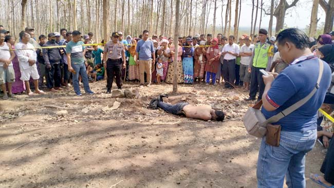 Petugas mengamankan TKP penemuan mayat
