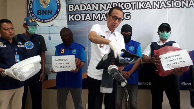 Kepala BNN Kota Malang AKBP Drs Agoes Irianto MSi, saat merilis tersangka AR dan CF di kantor BNN Kota Malang. (gie)