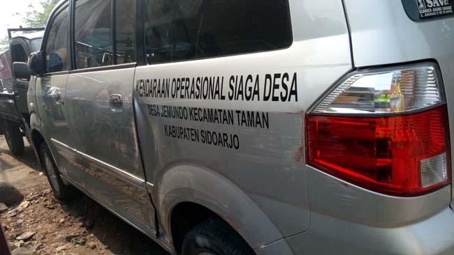 Sopir Ngantuk, Mobil Siaga Desa Jemundo Tabrak Pikup Parkir di Balongbendo