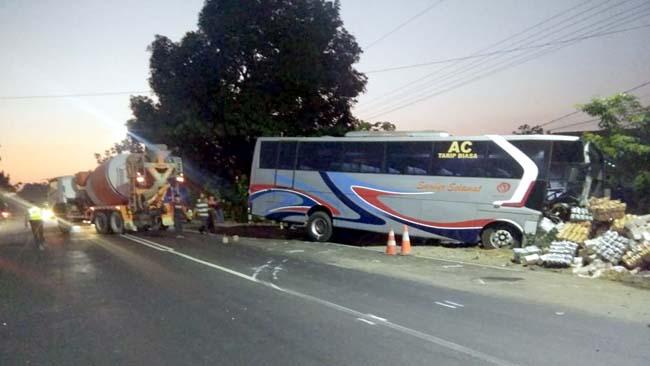NYUNGSEP - Bus Sumber Selamet nyungsep ke pinggir JL Raya Mojokerto - Surabaya, Desa Bakung Temenggungan, Kecamatan Balongbendo, Sidoarjo usai tabrakan adu moncong dengan truk pengangkut makanan ringan, Sabtu (07/09/2019) dini hari