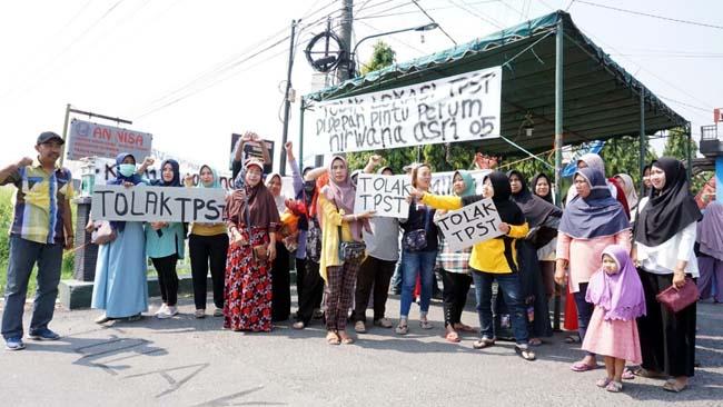 DEMO - Puluhan warga Perum Nirwana Asri Desa Kemasan, Kecamatan Krian, Sidoarjo menggelar demo penolakan pembangunan Tempat Penampungan Sampah Terpadu (TPST) di depan perumahannya, Rabu (4/9/2019)