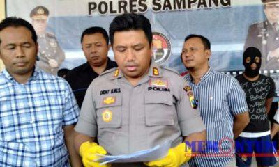 RILIS PERS : Kapolres Sampang AKBP Didit Bambang Wibowo saat membacakan hasil penangkapan pelaku curanmor. (zyn)