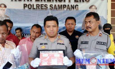 Kapolres Sampang AKBP Didit Bambang Wibowo saat menunjukkan barang bukti pada press release di Mapolres Sampang. (zyn)