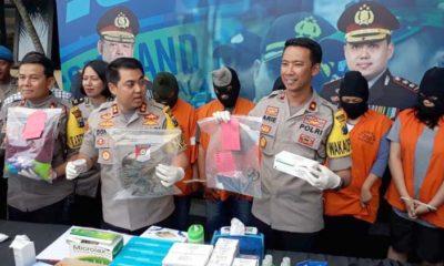 Kapolres Malang Kota AKBP Donny Alexander SIK MH saat merilis 5 tersangka sindikat aborsi. (gie)
